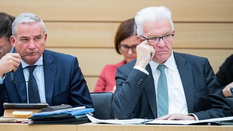 Thomas Strobl (l) (CDU), Minister für Inneres, und Winfried Kretschmann (Grüne), Ministerpräsident. Foto: Tom Weller/dpa/Archivbild