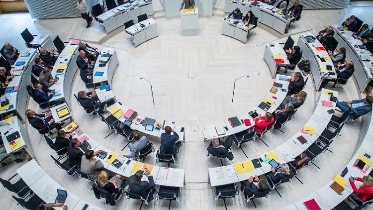 Die Abgeordneten im Landtag debattieren bei der Landtagssitzung in Schwerin. Foto: Jens Büttner/Archiv