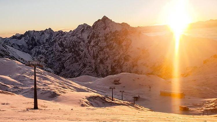 Die Sonne geht im Zugspitzgebiet auf. Foto: -/Bayerische Zugspitzbahn AG/dpa/Archivbild