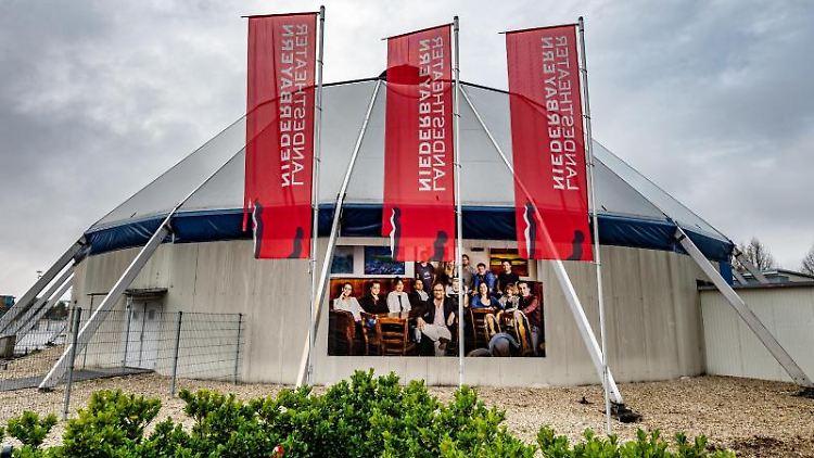 Das Zelt des Ensembles des Landestheaters Niederbayern am Stadtrand. Foto: Armin Weigel/dpa/Archivbild