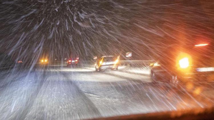 Schneefall behindert den Verkehr auf der Autobahn. Foto: Bernd März/dpa