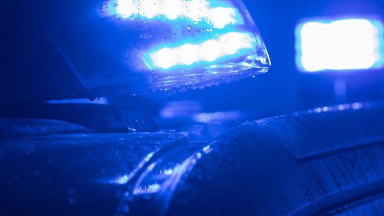 Blaulichter leuchten auf einem Streifenwagen. Foto: Jens Büttner/zb/dpa/Archivbild