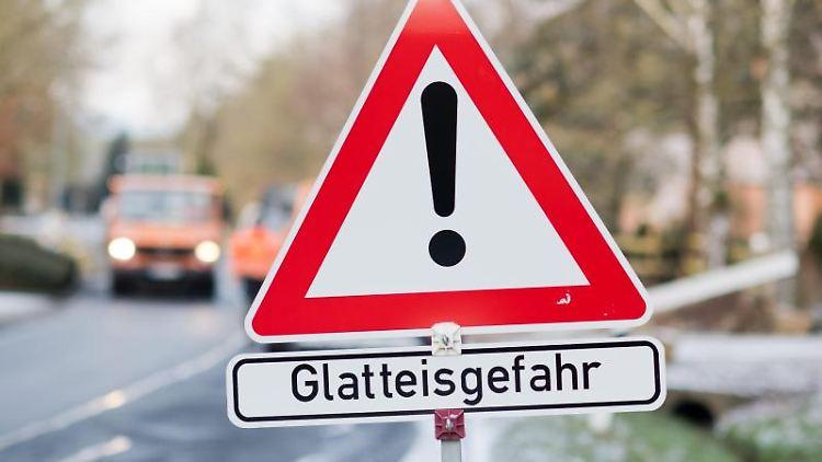 Ein Schild weist auf Glatteisgefahr hin. Foto: Julian Stratenschulte/dpa/Archivbild