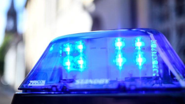 Das Blaulicht eines Polizeiautos leuchtet. Foto: Patrick Seeger/dpa/Archivbild