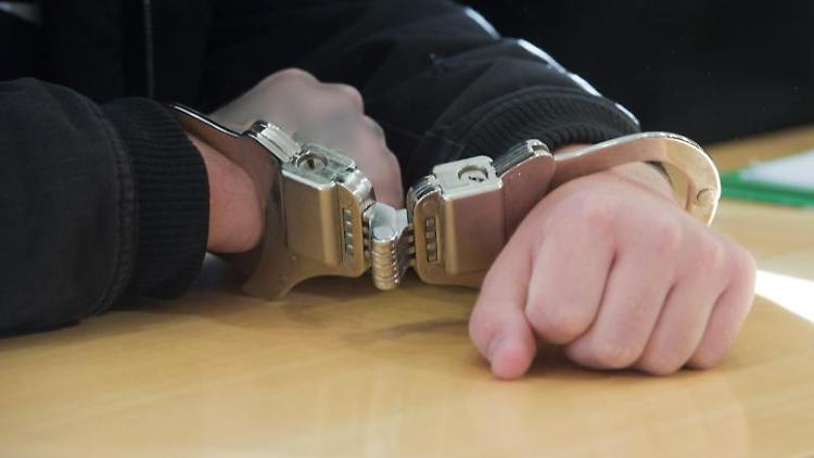 Ein Mann in Handschellen sitzt an einemTisch. Foto: Stefan Sauer/zb/dpa/Archivbild
