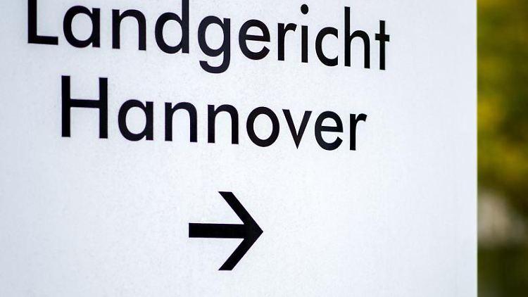 Wegweiser vor dem Landgericht Hannover. Foto: Hauke-Christian Dittrich/dpa/Archivbild