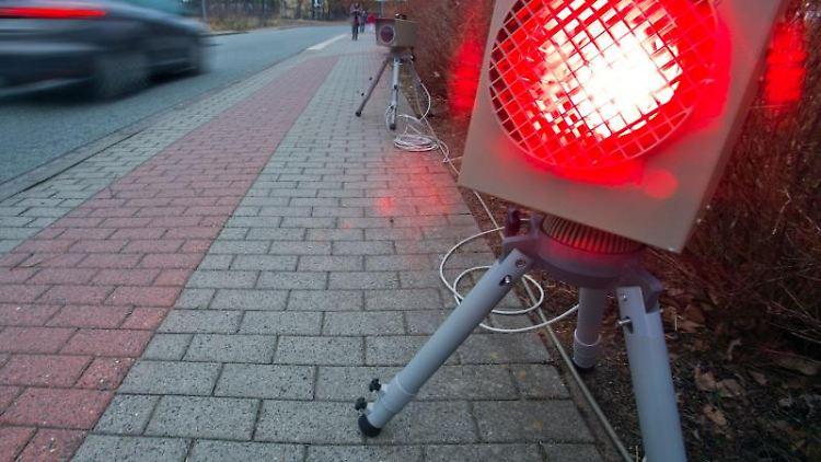 Ein roter Blitz leuchtet. Foto: Jens Büttner/dpa-Zentralbild/dpa/Archivbild