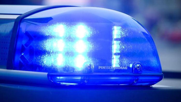 Das Blaulicht an einem Polizeiauto leuchtet. Foto: Patrick Pleul/dpa