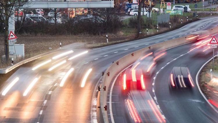 Autos fahren auf der Bundesstraße B6 in der Region Hannover vorbei an einem Streckenradar (Aufnahme mit langer Verschlusszeit). Foto: Julian Stratenschulte/dpa/Archivbild