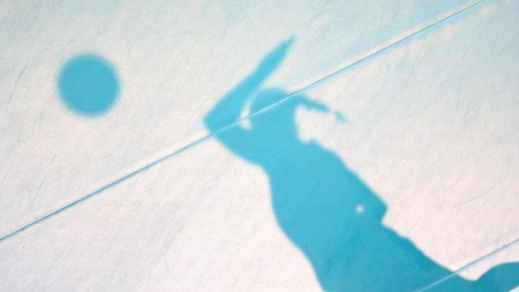Der Schatten einer aufschlagenden Spielerin ist auf dem Hallenboden zu sehen. Foto: Friso Gentsch/dpa/Archivbild
