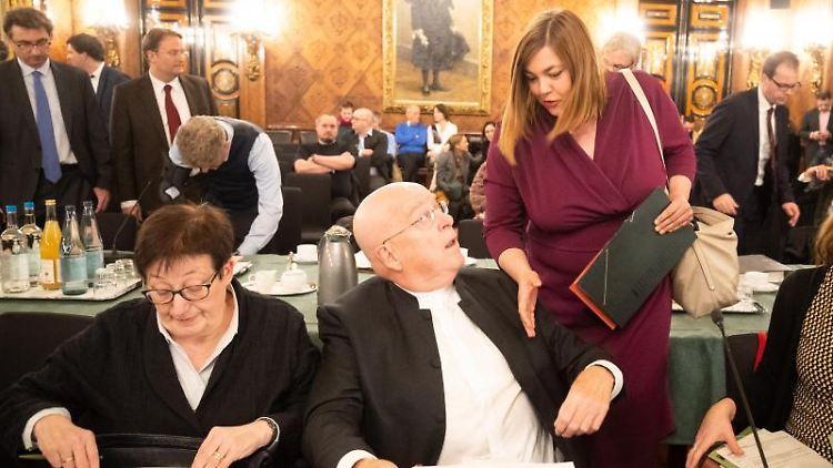 Katharina Fegebank (Bündnis 90/Die Grünen, r.) begrüßt Dieter Lenzen und Gabriele Löschper (l.). Foto: Christian Charisius/dpa
