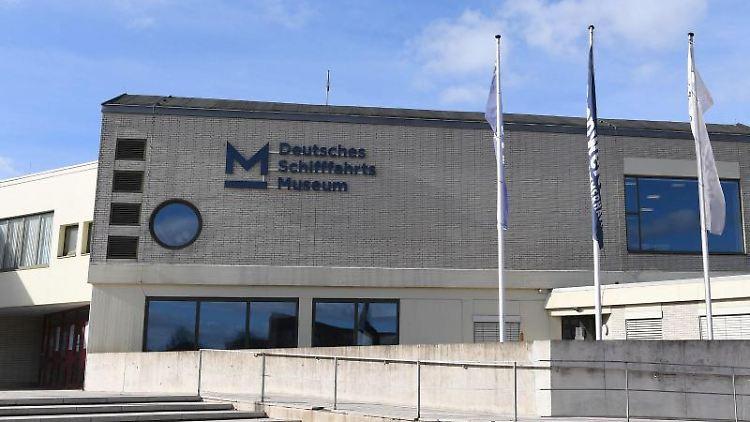 Fahnen wehen vor dem Deutschen Schifffahrtsmuseum. Foto: Carmen Jaspersen/dpa