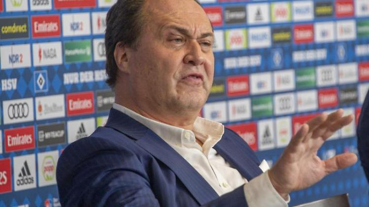 Max-Arnold Köttgen spricht während einer Pressekonferenz. Foto: Axel Heimken/dpa
