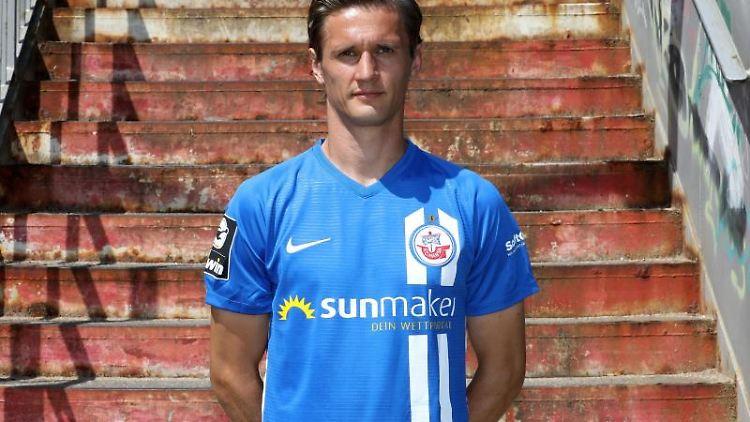 Kai Bülow steht beim Mannschaftsfoto-Termin vom FC Hansa Rostock. Foto: Bernd Wüstneck/zb/dpa