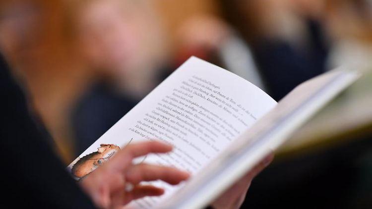 Eine Lehrerin leist aus einem Buch vor. Foto: Felix Kästle/dpa/Archivbild