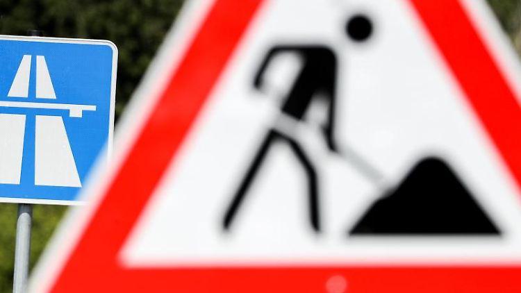 Ein Schild weist auf eine Baustelle auf einer Autobahn hin. Foto: Jan Woitas/zb/dpa/Archivbild