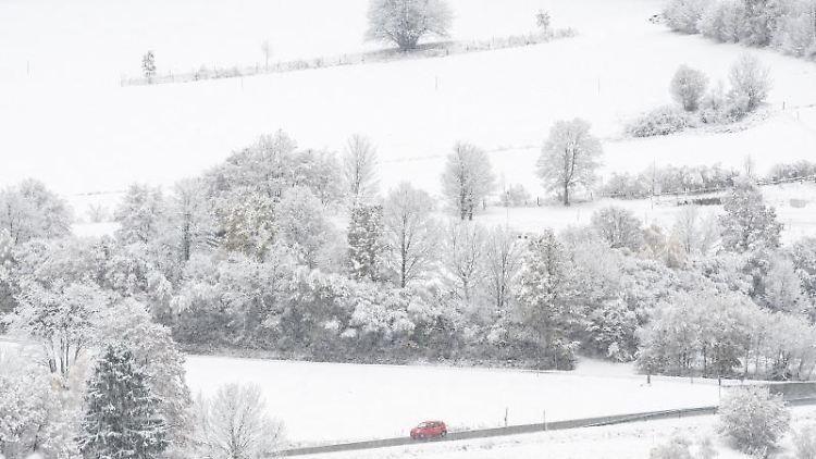 Eine Schneelandschaft im Bayerischen Wald ist mit Schnee bedeckt. Foto: Armin Weigel/dpa/Archivbild