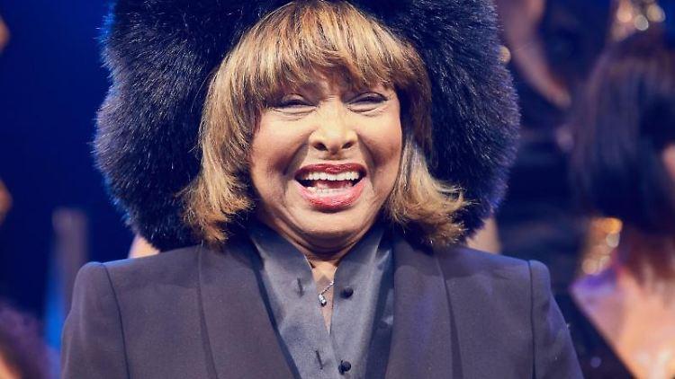 Sängerin Tina Turner lacht in Richtung ihres Publikums. Foto: Georg Wendt/dpa/Archivbild