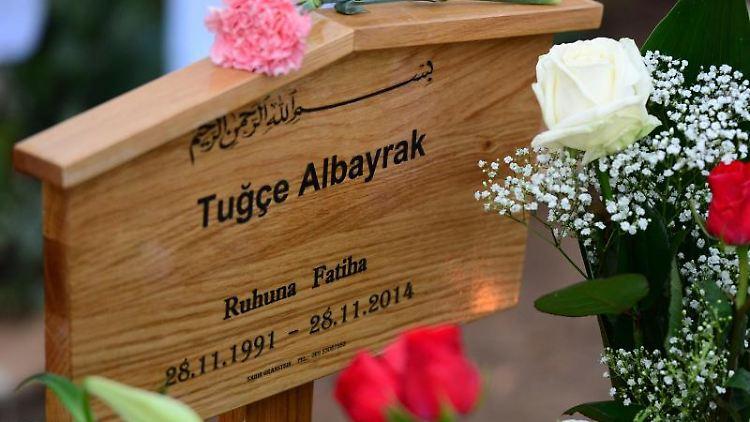 Mit Blumen bedeckt ist das Grab der getöteten Studentin Tugce Albayrak. Foto: Boris Roessler/dpa/Archivbild
