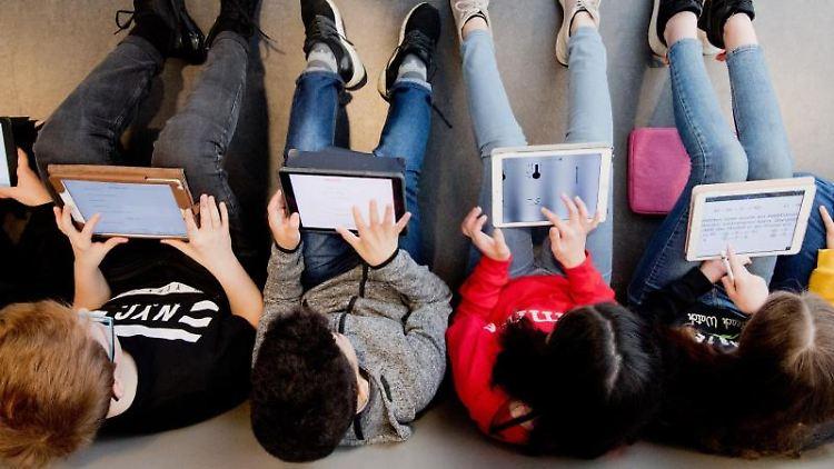 Schüler lernen mit iPads im Unterricht. Foto: Julian Stratenschulte/dpa/Archivbild