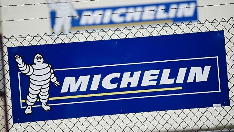 Vor dem Michelin-Werk in Hallstadt ist ein Banner mit dem Firmenlogo an einem Zaun zu sehen. Foto: Nicolas Armer/dpa/Archivbild