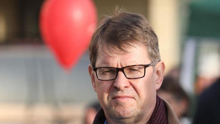 Ralf Stegner (SPD), stellvertretender Parteivorsitzender, schaut in die Kamera. Foto: Bodo Schackow/dpa-Zentralbild/dpa