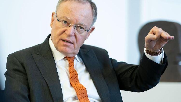 Stephan Weil, Ministerpräsident von Niedersachsen (SPD), spricht während eines Interviews. Foto: Peter Steffen/dpa