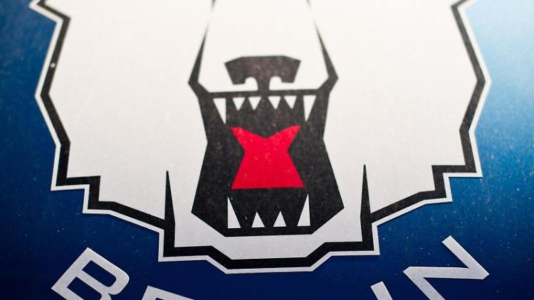 Das Logo der Eisbären Berlin ist auf blauem Hintergrund zu sehen. Foto: Ole Spata/dpa/Archivbild