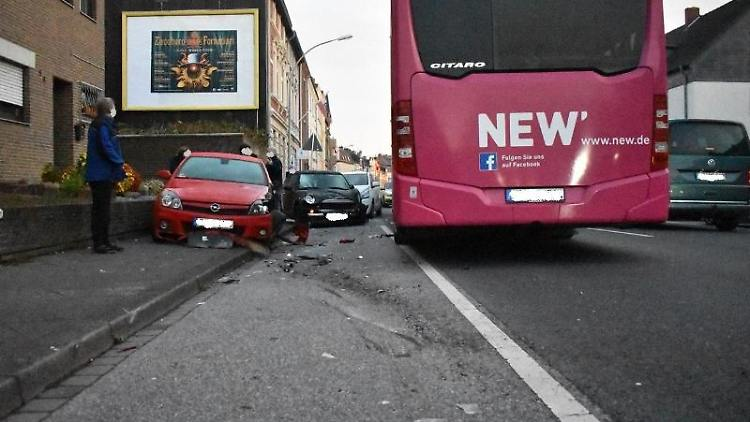 Der Linienbusneben den beschädigten Autos. Foto: --/Polizei Mönchengladbach/dpa