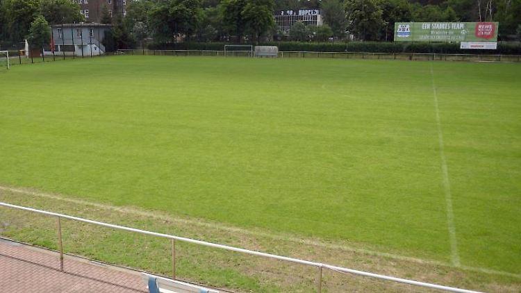 Der leere Rasenfußballplatz des Käthe-Tucholla-Stadions. Foto: Britta Pedersen/dpa-Zentralbild/dpa/Archivbild