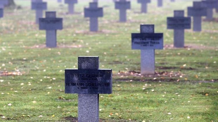 Eine Kriegsgräberstätte auf dem Neuen Friedhof in Rostock. Foto: Bernd Wüstneck/dpa-Zentralbild/dpa/Archivbild