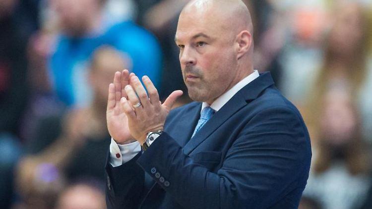 Hamburgs Trainer Mike Taylor klatscht. Foto: Daniel Bockwoldt/dpa/Archivbild
