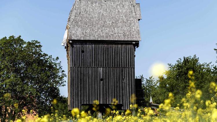 Die noch flügellose Bockwindmühle in Lumpzig. Foto: Carsten Koall/zb/dpa/Archivbild
