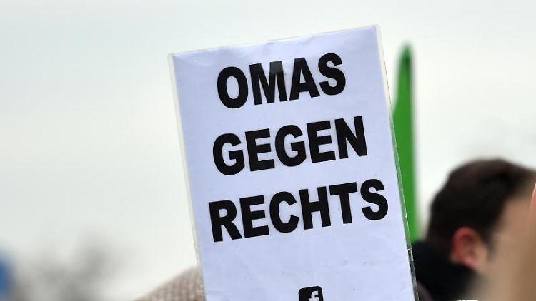 Demonstranten gegen den Aufmarsch rechter Gruppen vor dem Hauptbahnhof in Duisburg. Foto: Caroline Seidel/dpa