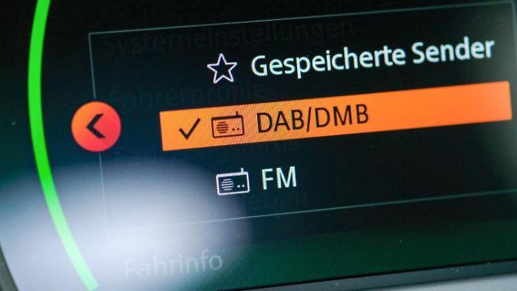 Auf der Anzeige eines Autoradios ist die Anzeige DAB/DMB zu sehen. Foto: Jens Kalaene/zb/dpa/Archivbild