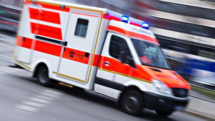Ein Rettungswagen fährt mit Blaulicht im Einsatz. Foto: Nicolas Armer/dpa