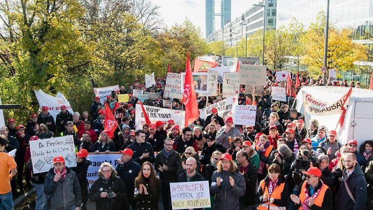 Osram-Beschäftigte haben sich zu einer Protestaktion vor der Osram-Konzernzentrale versammelt. Foto: Matthias Balk/dpa