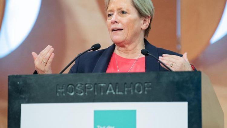 Susanne Eisenmann (CDU), Ministerin für Kultus, Jugend und Sport von Baden-Württemberg, während ihrer Rede. Foto: Tom Weller/dpa/Archivbild