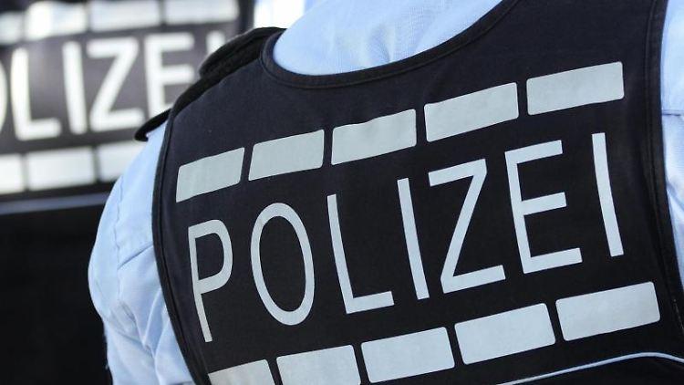 Auf den Westen von Polizei-Beamten steht die Aufschrift