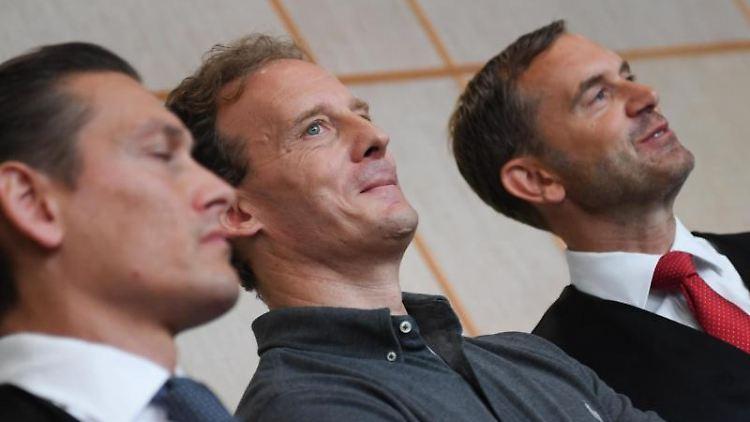 Der Angeklagte Alexander Falk (M) mit seinen Verteidigern Daniel Wölky (l) und Björn Gercke. Foto: Arne Dedert/dpa/Archivbild
