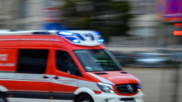 Ein Rettungsfahrzeug der Feuerwehr fährt mit Blaulicht bei einem Einsatz durch die Innenstadt. Foto: Jens Büttner/zb/dpa/Archivbild