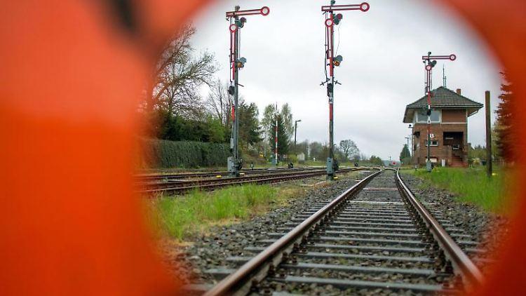 Blick durch ein Strecken-Sperrschild auf die leeren Gleise im Bahnhof. Foto: Jens Büttner/dpa-Zentralbild/dpa/Archivbild