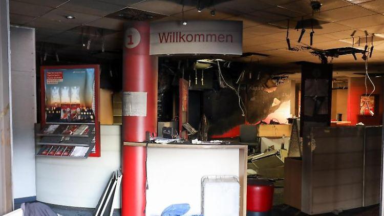 Blick in den ausgebrannten und verwüsteten Innenraum der Haspa-Filiale. Foto: Christian Charisius/dpa/Archivbild