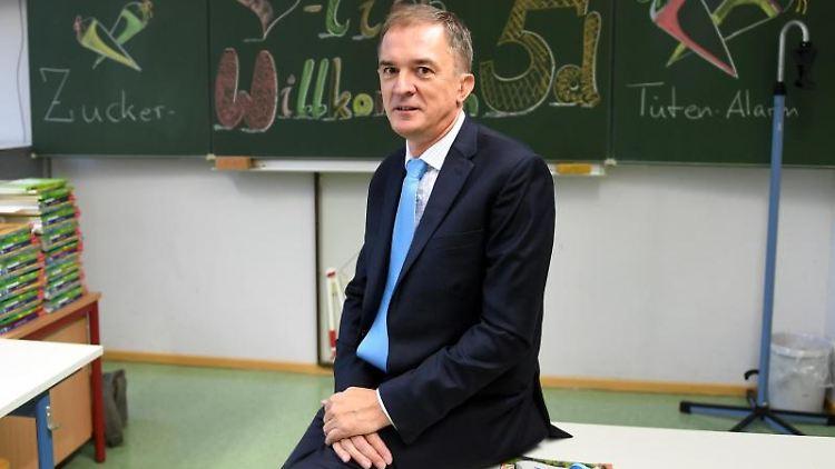 Sachsen-Anhalts Bildungsminister Marco Tullner (CDU) besucht die Sekundarschule Johann-Christian-Reil. Foto: Hendrik Schmidt/zb/dpa/Archivbild