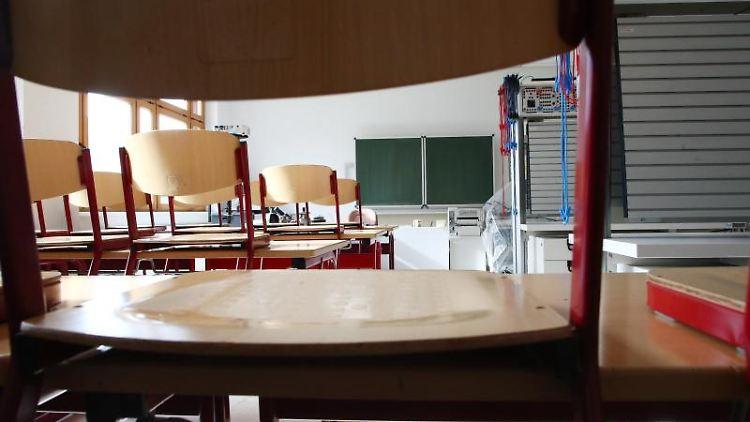 Ein leeres Klassenzimmer in einer Schule. Foto: Bodo Schackow/zb/dpa