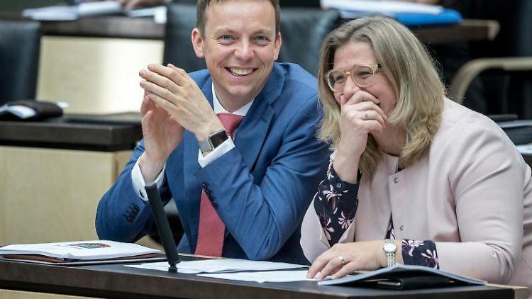 Tobias Hans (CDU), Ministerpräsident des Saarland, lacht neben Anke Rehlinger, Ministerin im Saarland. Foto: Michael Kappeler/dpa/Archivbild