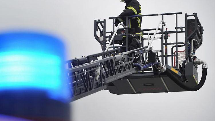 Eine Drehleiter der Feuerwehr im Einsatz. Foto: Stefan Sauer/dpa-Zentralbild/ZB/Archivbild