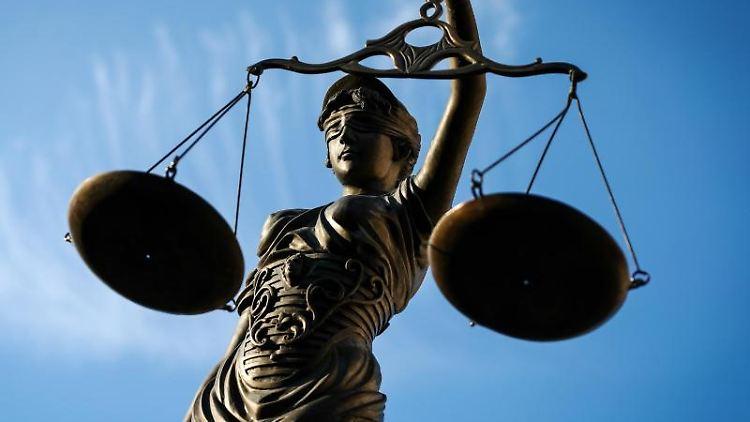 Eine Statue der Justitia hält eine Waage in ihrer Hand. Foto: David-Wolfgang Ebener/dpa/Archivbild
