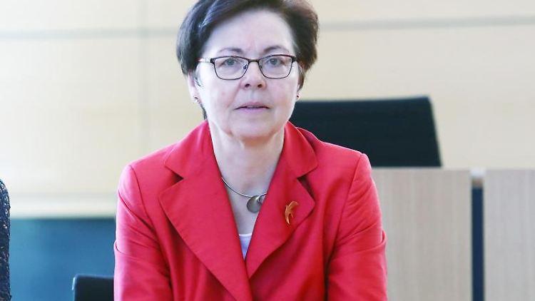 Heike Taubert (SPD), Thüringens Finanzministerin sitzt bei der Sitzung des Thüringer Landtages. Foto: Bodo Schackow/zb/dpa