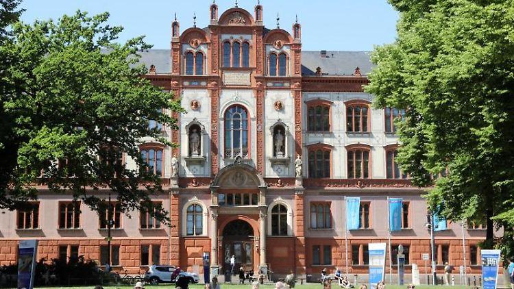 Das Hauptgebäude der Universität Rostock am Universitätsplatz. Foto: Bernd Wüstneck/zb/dpa